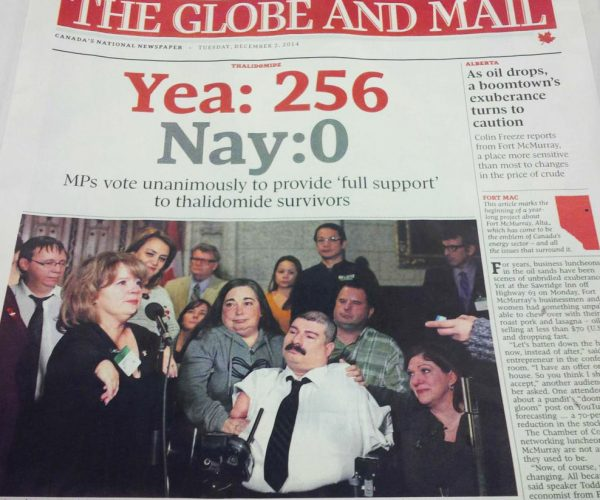 "Photo de la une du journal Globe and Mail du 2 décembre 2014 titré: Yea: 256 Nay: 0 MPs vote unanimously to provide ""full support"" to thalidomide survivors"