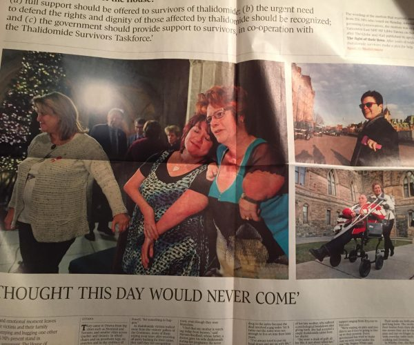 "Photo d'un article du Globe and Mail dont le titre est ""I thought this day would never come"" et sur lequel apparaissent 3 photos de survivants de la thalidomide et de leurs proches"