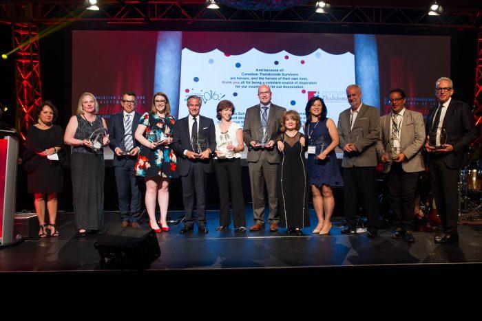 Photo des membres du Groupe de travail et de collègues prise lors de l'évènement distinction