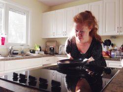 Femme ayant des bras raccourci faisant la cuisine.
