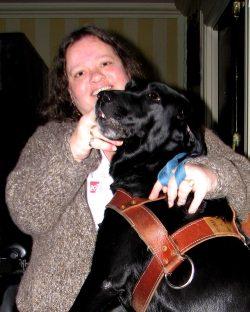 Femme avec son chien d'assistance.